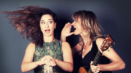 Venus on Strings. Die zwei Frauen spielen Coversongs von A-Z.