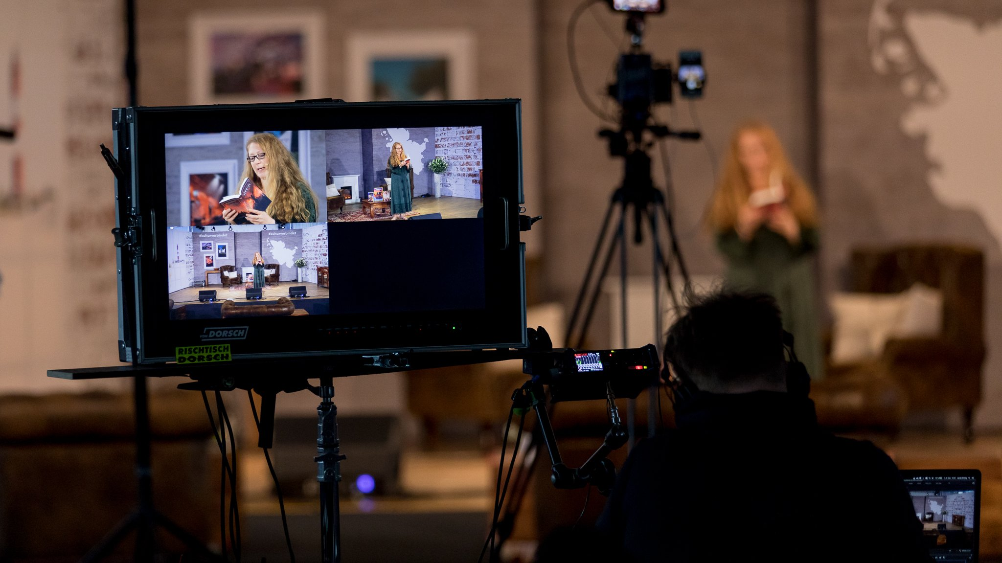Studioaufnahmen werden im Kulturfestival-Wohnzimmer aufgenommen. Zu sehen ist Ann-Kathrin Karschnick bei ihrer Lesung