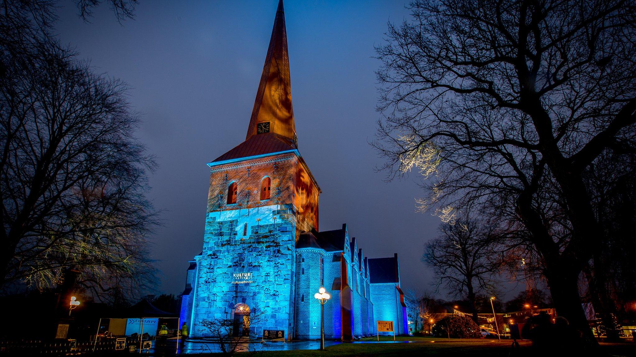 Die bunt illuminierte Kirche in Nortorf.